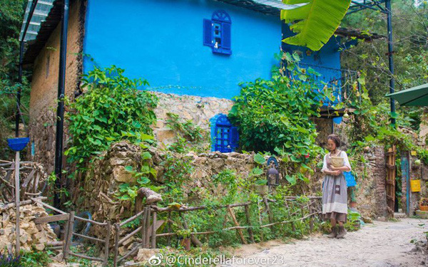 Cô gái này đã tự xa rời cuộc sống hối hả và nhộn nhịp của thành phố để trở về vùng nông thôn Tuyền Châu, Phúc Kiến, Trung Quốc. Cuộc sống đạm bạc nhưng vô cùng ý nghĩa khiến cô trông cô nàng Lọ Lem bước ra từ truyện cổ tích.
