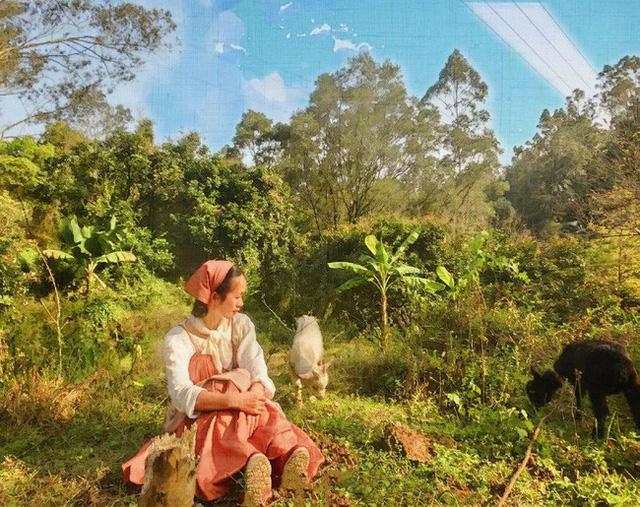 Xung quanh nhà được cô gái trồng rau và hoa. Khung cảnh cây xanh ngập tràn giống như bức tranh thật đẹp, mơ mộng và êm đềm.