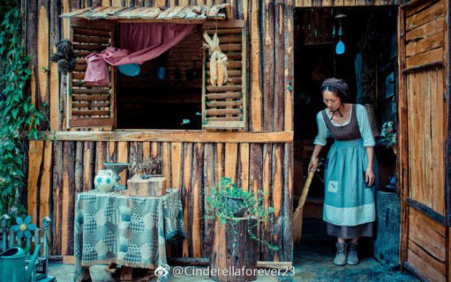 """Cô nàng """"Lọ Lem"""" này có tên thật là Wang Xue Qing. Sau chuyện tình dang dở với một anh chàng sinh viên, Xue Qing đã quyết định sửa ngôi nhà gỗ bỏ hoang từ 20 năm trước để làm tổ ấm của riêng mình."""