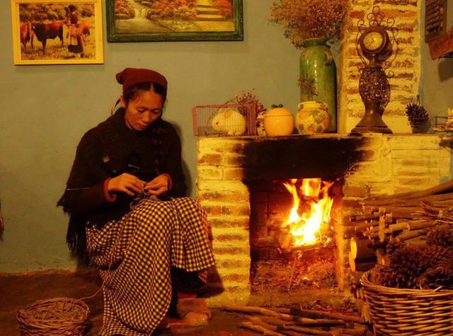 Xue Qing tạo lò sưởi để làm ấm nhà vào những ngày đông lạnh lẽo. Tuy nhiên, lò sưởi của cô được thiết kế theo phong cách châu Âu để giúp ngôi nhà giống như căn nhà nhỏ của cô bé Lọ Lem.