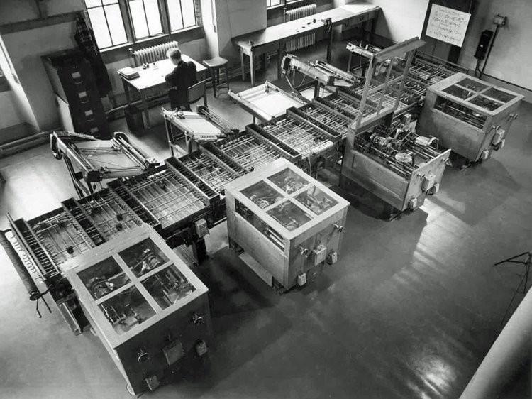 Năm 1930, một kỹ sư của Viện Công nghệ Massachusetts đã thành công khi phát triển chiếc máy tính hiện đại đầu tiên. Chiếc máy tính thế hệ đầu tiên này có thể thực hiện được rất nhiều dạng phép tính.