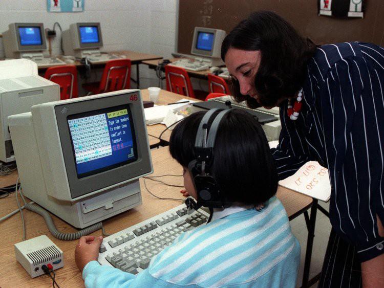 Trong những năm 1980, Steve Jobs đã tặng cho các trường ở California, Mỹ gần 9.000 chiếc máy tính Apple.