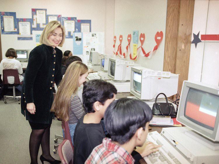 Đến thập niên 90, máy tính đã trở nên vô cùng phổ biến trong các trường học ở Mỹ. Trong ảnh, bà Hillary Rodham Clinton tham quan một giờ học tin học của các học sinh tại Park Ridge, bang Illinois.