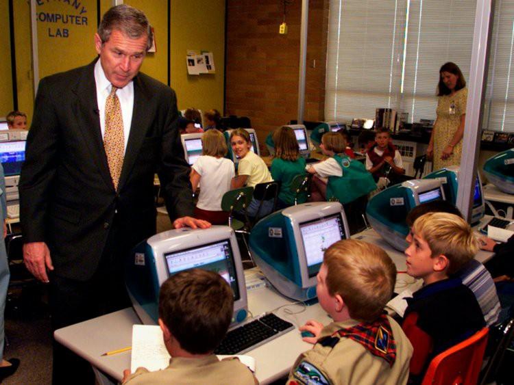 Tổng thống Mỹ George W. Bush nói chuyện với các học sinh tiểu học ở Oregon khi các em thực hành cùng máy tính. Bước vào thế kỷ 21, máy tính đã trở thành một phần không thể thiếu trong việc giảng dạy và học  tập.