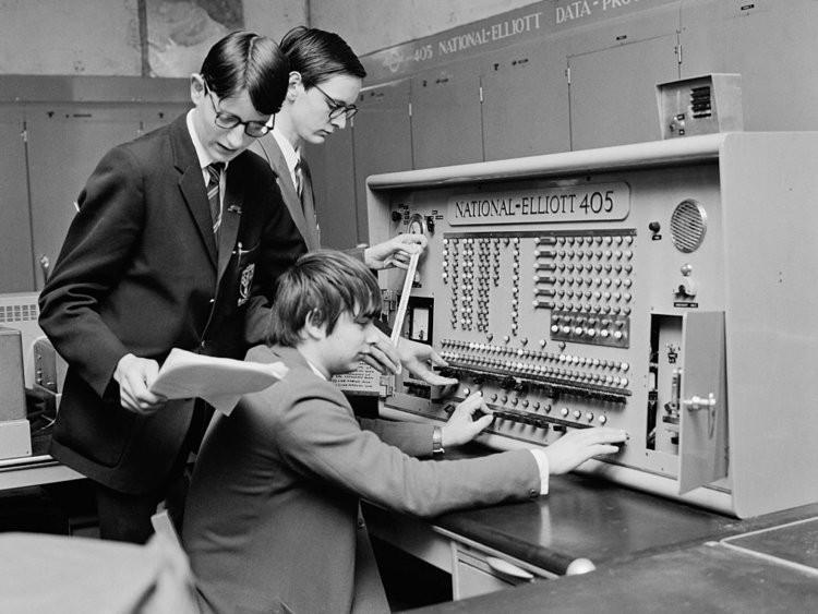 Đến những năm 1970 thì máy tính đã trở nên phổ biến hơn trong các trường học. Các học sinh ở Anh đang sử dụng chiếc máy mang tên Elliott Brothers 405.