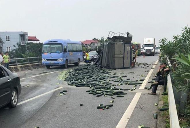 Xe tải đâm vào đuôi xe khách, cao tốc Nội Bài - Lào Cai ùn tắc gần 20 km trong nhiều giờ