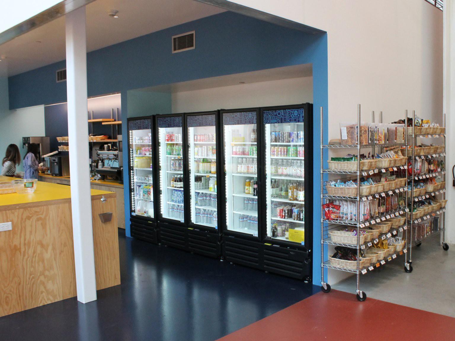 Khu vực siêu thị mini với đầy đủ thứ đồ, đặc biệt tất cả chúng đều miễn phí.