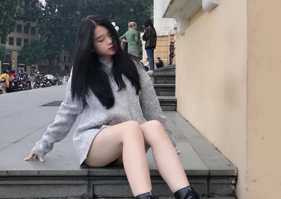 """Linh Ka đăng ảnh khoe đôi chân thon dài, trắng ngần trên phố, dân mạng đua nhau """"hô hoán"""": Lộ rồi kìa!"""