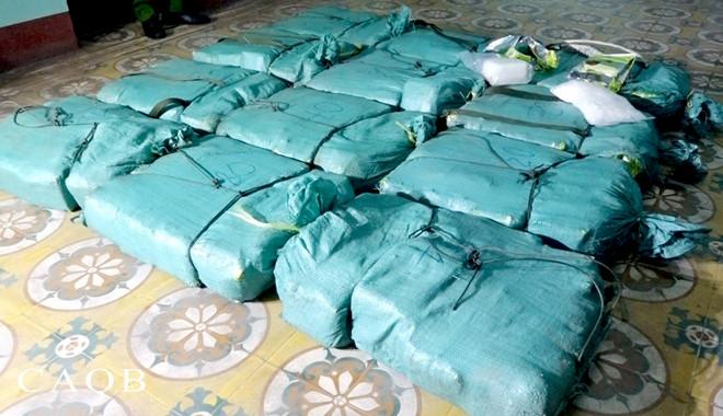 Bỏ lại chiếc xe bán tải cùng hơn 300 kg ma túy đá, 2 người đàn ông chạy vào rừng bị công an vây bắt khẩn cấp