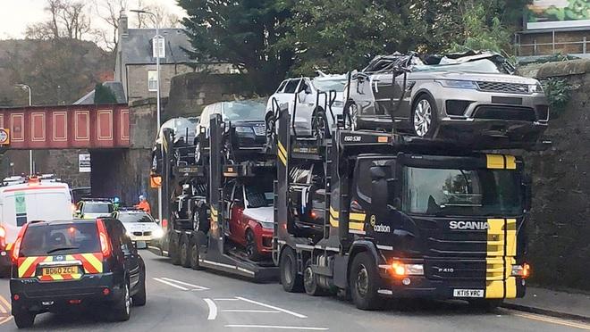 """Tài xế """"đen nhất năm"""" vận chuyển siêu xe qua gầm cầu """"biến thành"""" toàn xe mui trần"""