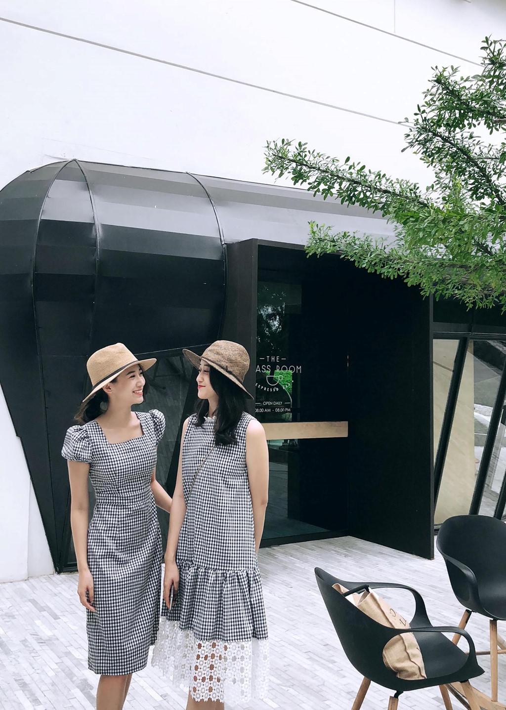 Cặp chị em khá nổi tiếng tại Hà thành Kiều Ly Phạm và cô em gái Phạm Thúy Nga (22 tuổi) mới tốt nghiệp Học viện Báo chí và Tuyên truyền.