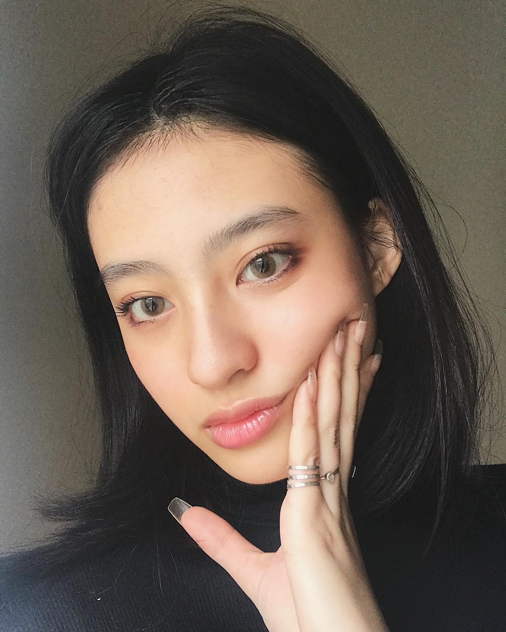 Minh Ngọc là hot girl nổi tiếng trên Instagram đối với giới trẻ Việt, hiện có 159.000 người theo dõi. Còn Gia Linh tuy không theo con đường như chị gái nhưng vẫn nhận được nhiều lời khen về ngoại hình.
