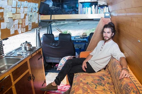 Bỏ việc ở tuổi 25, chàng kỹ sư trẻ người Anh hiện thực hóa ước mơ chu du khắp nơi trên chiếc xe Van