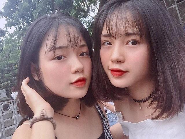 Cặp chị em song sinh học cùng lớp đốn tim dân mạng với mái tóc ngắn và đồng phục học sinh rạng ngời