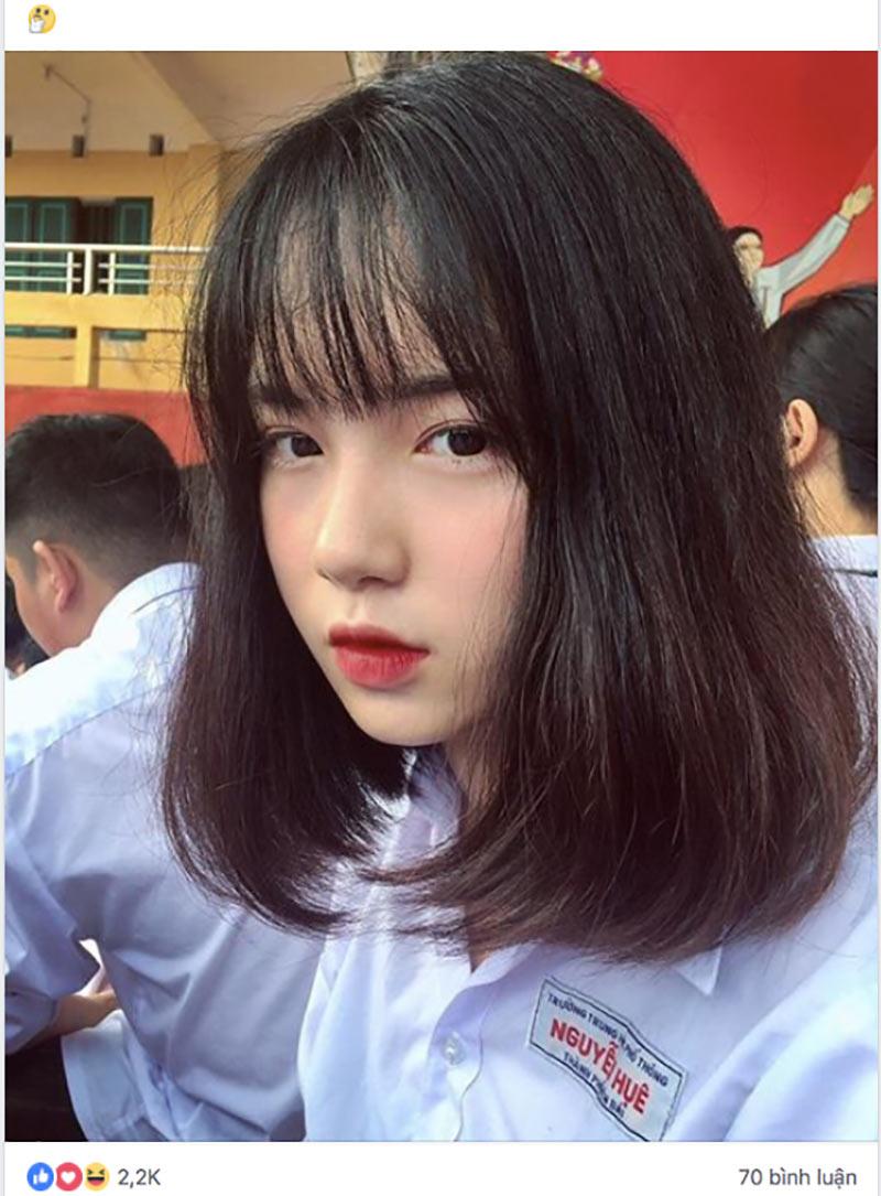 Cư dân mạng chuyền tay nhau những bức ảnh xinh xắn trong đồng phục trường của Nguyễn Thanh Nga. Câu chuyện của cô nàng khá đặc biệt vì những bức ảnh ấy được chụp bởi người chị song sinh giống Nga như tạc học cùng lớp.