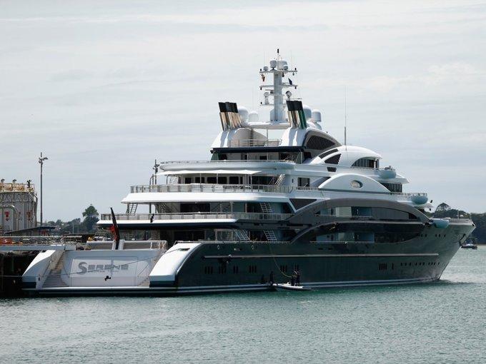 Ông cũng từng thuê trọn chiếc siêu du thuyền Serene với giá 5 triệu USD trong một tuần bao gồm một trực thăng để gia đình có thể nghỉ mát ở Địa Trung Hải.