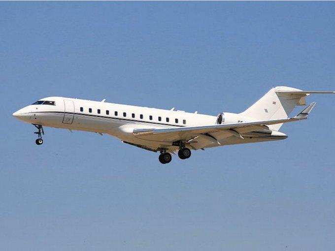 Máy bay riêng là thứ yêu thích mà Gates sẵn sàng chi trả. Ông sở hữu một chiếc Bombardier BD-700 Global Express có 19 chỗ ngồi với giá 40 triệu USD.