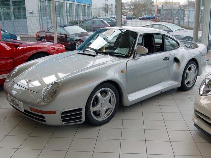 Tỷ phú này cũng có đam mê lớn với xe sang. Cú chi đậm đầu tiên của ông là sắm chiếc Porsche 911 sau khi thành lập tập đoàn Microsoft. Sau này, ông mua chiếc Porsche 959.