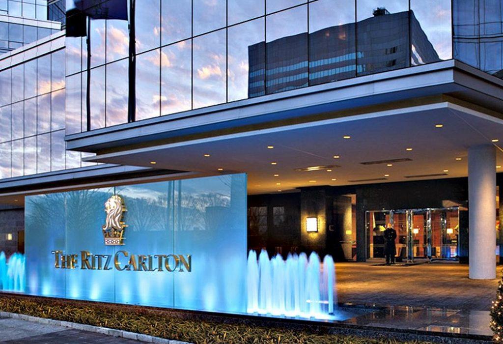 Năm 2013, Gates cùng một số người mua lại khách sạn Ritz-Carlton ở San Francisco với giá 161 triệu USD. Năm 2014, tài sản này có giá 200 triệu USD.