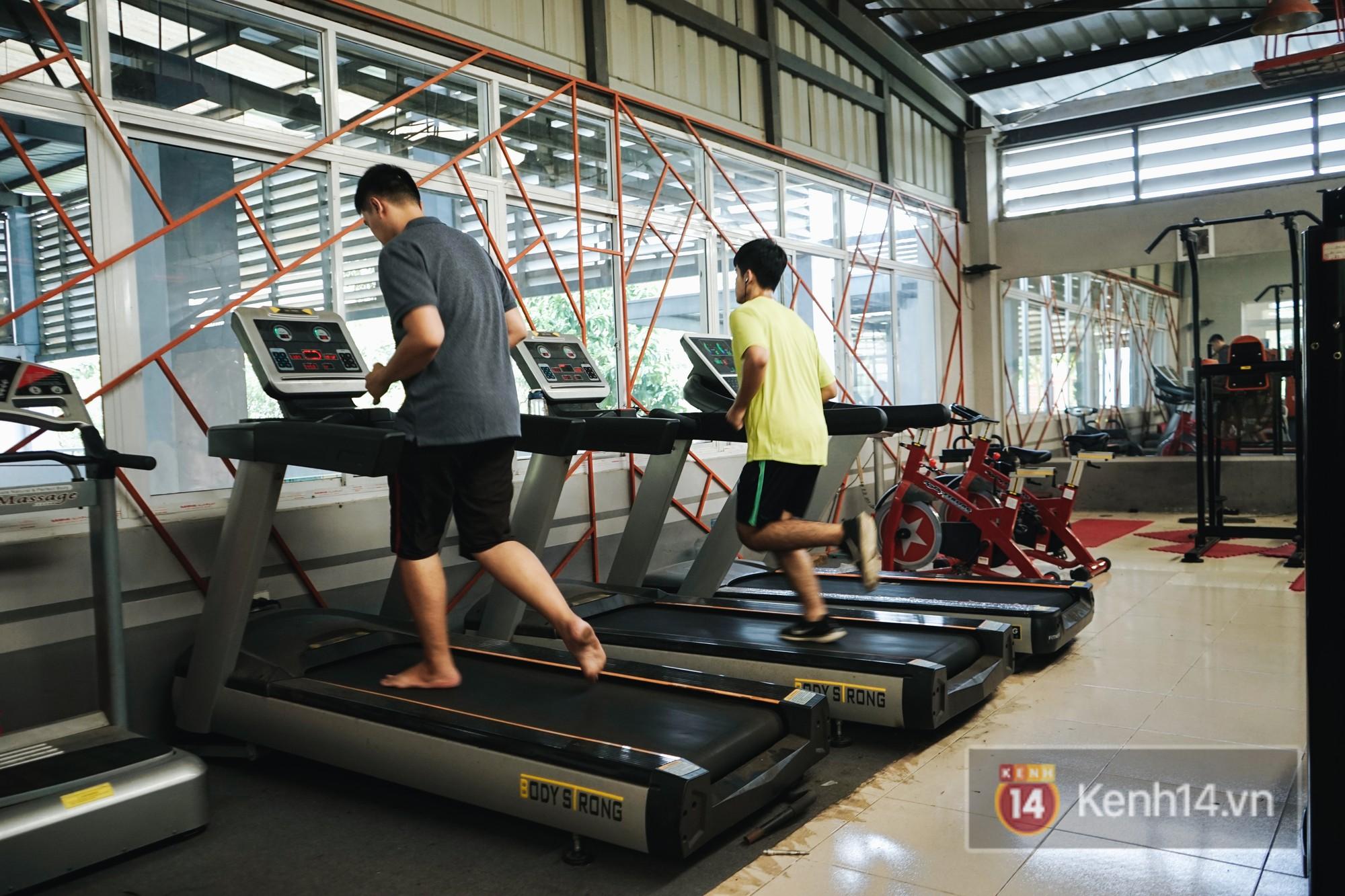 Phòng tập gym với đầy đủ tiện nghi. Tầm 5 - 6h chiều là rất đông các bạn sinh viên đến đây để tập gym.
