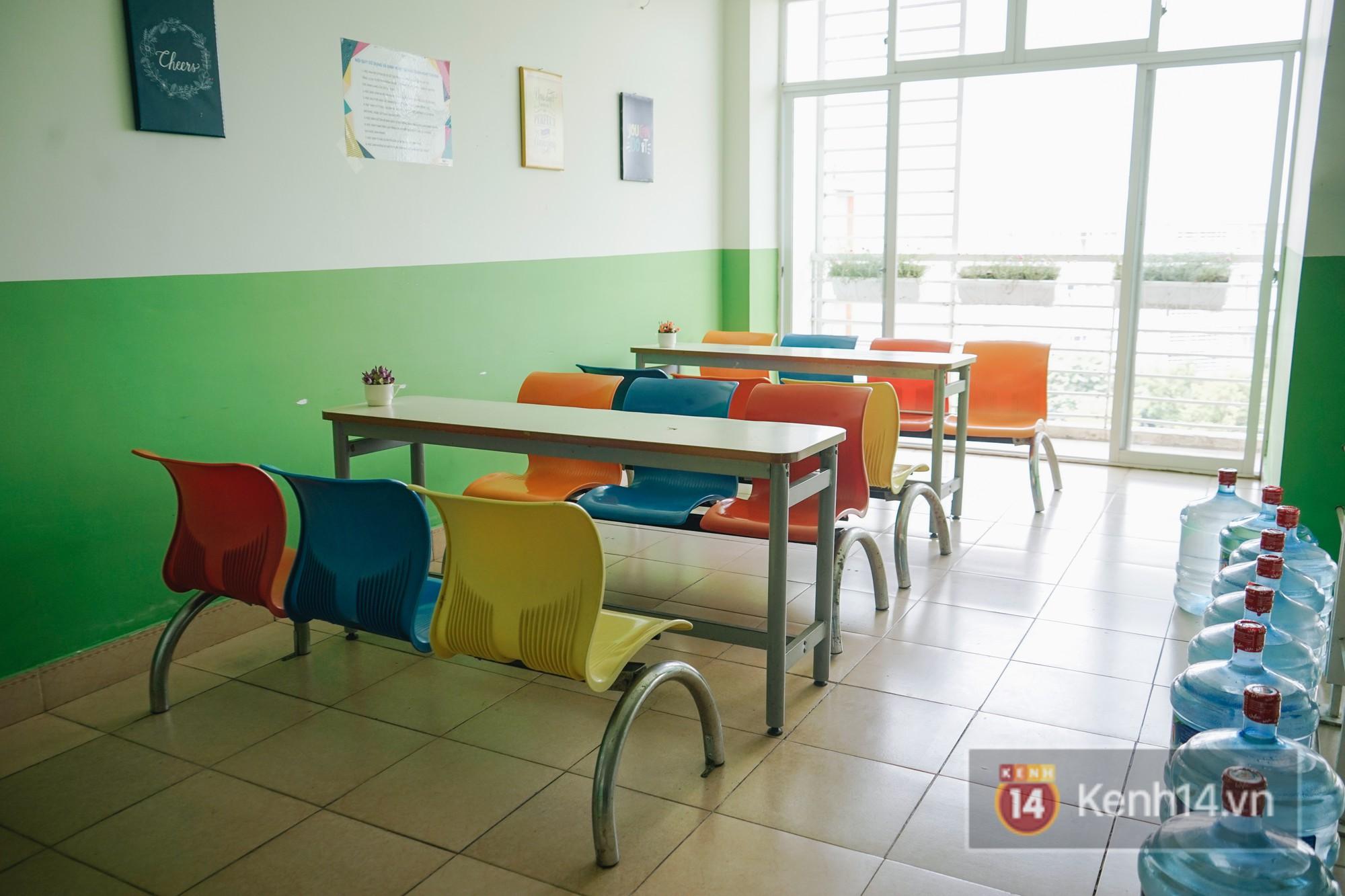 Mỗi tầng của các tòa ký túc xá đều có những khu vực cho sinh viên ngồi tán gẫu, tâm sự hay học bài.