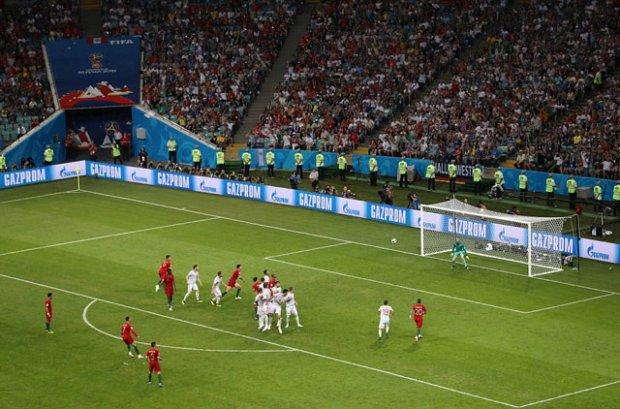 Người hùng Cristiano Ronaldo tiếp tục ghi điểm với một pha đá phạt tuyệt đỉnh vào lưới Tây Ban Nha.