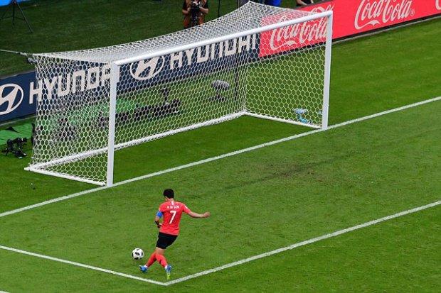 Son Heung-min một mình một sân ghi bàn vào lưới ĐT Đức và khiến đối thủ phải về nước.