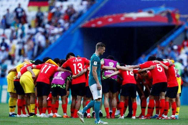 Toni Kroos buồn bã một mình khi các cầu thủ Hàn Quốc đang ăn mừng.