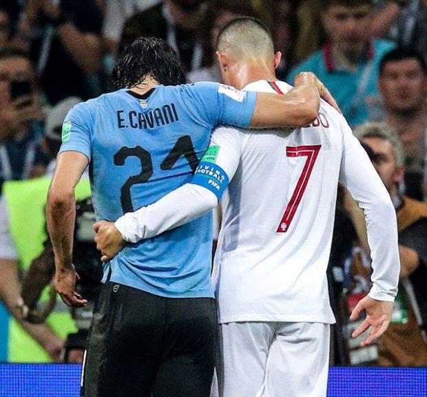 Một hình ảnh vô cùng đẹp: Cavani an ủi Ronaldo.