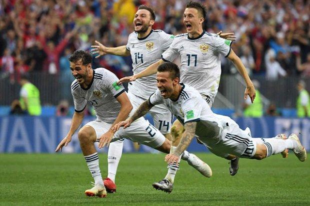 Các cầu thủ Aleksandr Erokhin, Vladimir Granat, Fedor Smolov của ĐT Nga ăn mừng khi họ đánh bại Tây Ban Nha bằng loạt sút penalty cân não. (Nguồn: Saostar.vn)