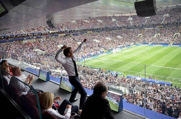 Tổng thống Emmanuel Macron ăn mừng bàn thắng của Pháp vào lưới Croatia để lên ngôi vô địch World Cup 2018.