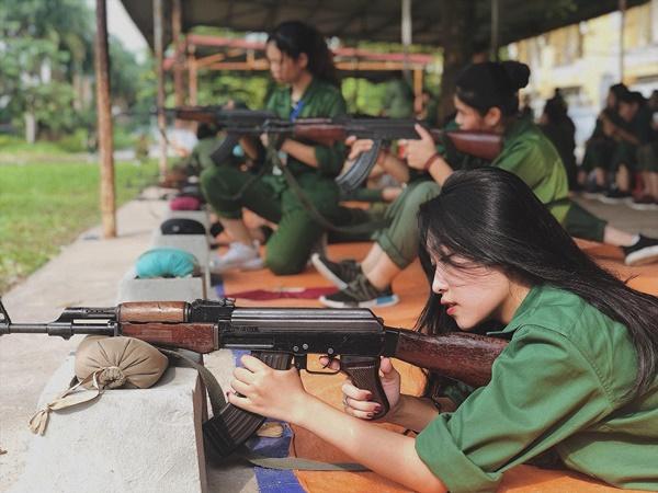"""Nữ sinh năm nhất Đại học Nội vụ Hà Nội gây sốt với góc nghiêng """"thần thánh"""" trong buổi tập quân sự"""