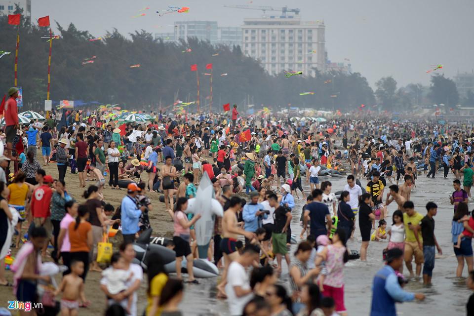 Dân tình đua nhau đi du lịch dịp nghỉ lễ 30/4 - 1/5 thì các khu vui chơi, giải trí ở Hà Nội và TP HCM vẫn cứ đông nghẹt