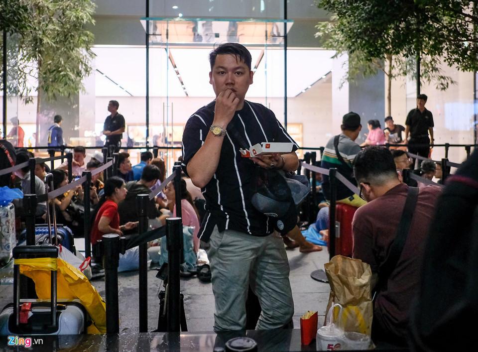 """""""Tôi phải nhờ đến trợ giúp từ một người quen. Họ mua thức ăn mang sang cho tôi để lót dạ cho một đêm dài."""", Nguyễn Lâm, người từ Việt Nam sang xếp hàng tại Apple Store Orchard (Singapore) chia sẻ."""