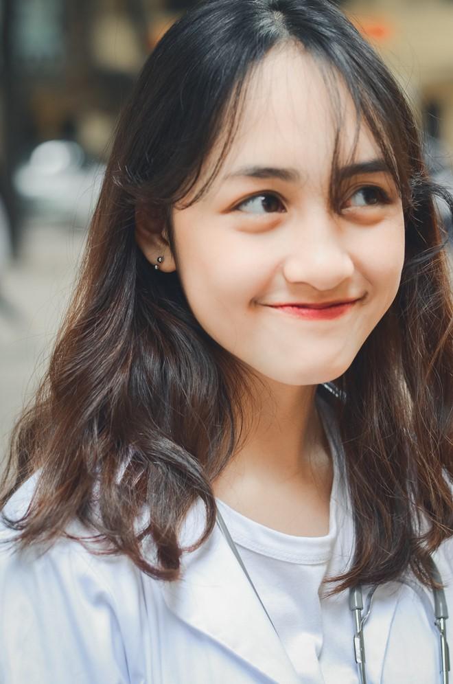 Cô nàng tên là Trần Bảo Vân, 18 tuổi, sống tại Hà Nội. 10x này là tân sinh viên ngành Thiết kế đồ họa, ĐH Kiến trúc Hà Nội.