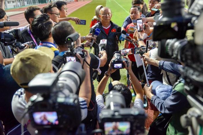 Trước thềm trận chiến U23 Việt Nam vs U23 Hàn Quốc, phóng viên Hàn Quốc vây kín thầy Park