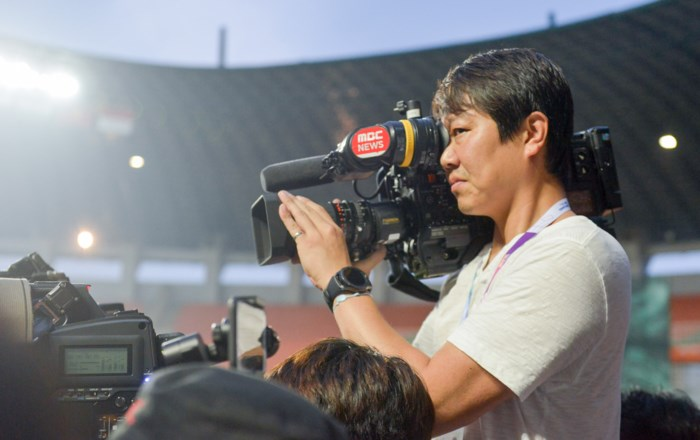 Phóng viên Hàn Quốc còn phỏng vấn phóng viên Việt Nam về vai trò của huấn luyện viên Hàn Quốc cũng như dự đoán về kết quả trận đấu ngày mai.