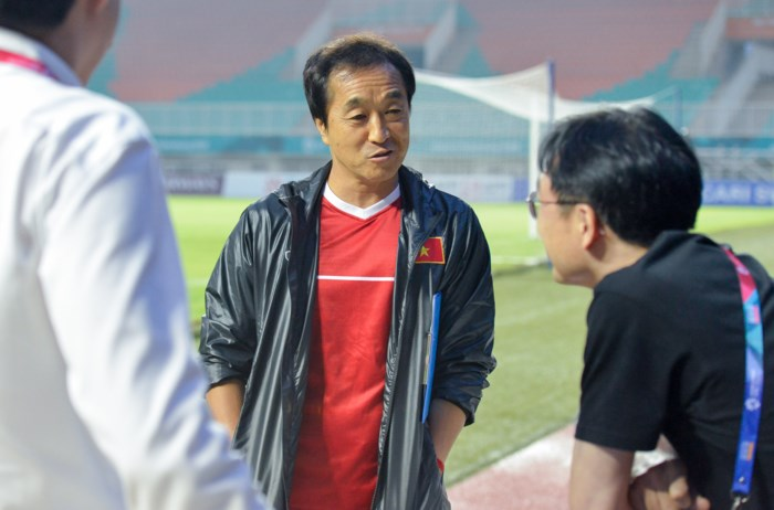 Trợ lý Lee Young-jin cũng đến bắt tay, nói chuyện với các phóng viên xứ sở kim chi.