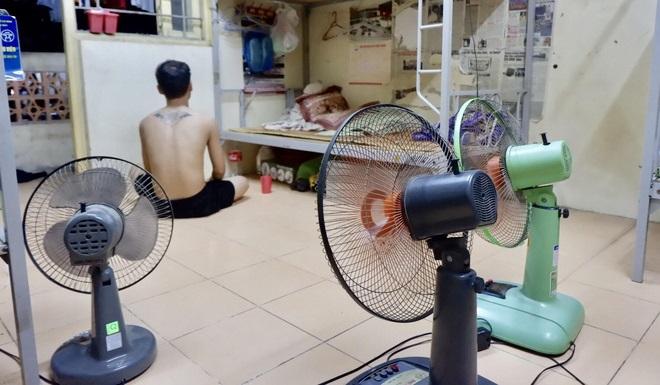 Sinh viên Hà Nội quay cuồng, khốn khổ đối phó với nắng nóng 40 độ C như thế nào?