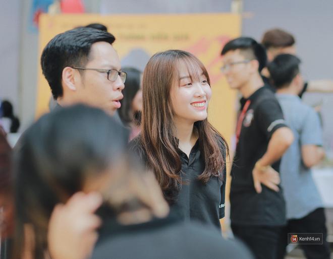 Đến Ngoại thương những ngày này mới thấy nơi đây quả không hổ danh là trường đại học nhiều trai xinh, gái đẹp nhất Hà Nội. Để thu hút các tân sinh viên tham gia đợt tuyển nhân sự của mình, các CLB đều đưa ra đội hình hùng hậu nhất.