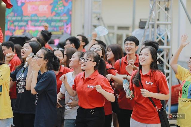 """Chiều ngày 15/9, """"Ngày hội chào tân sinh viên"""" của Đại học Ngoại thương đã diễn ra với dàn trai xinh, gái đẹp quen thuộc của các CLB ở trường đồng loạt """"xuất quân""""."""