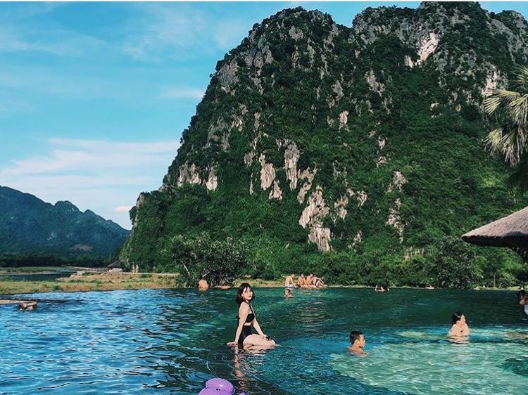 Đắm mình thỏa thích ở bể bơi view hướng núi chỉ cách Hà Nội 2 giờ chạy xe