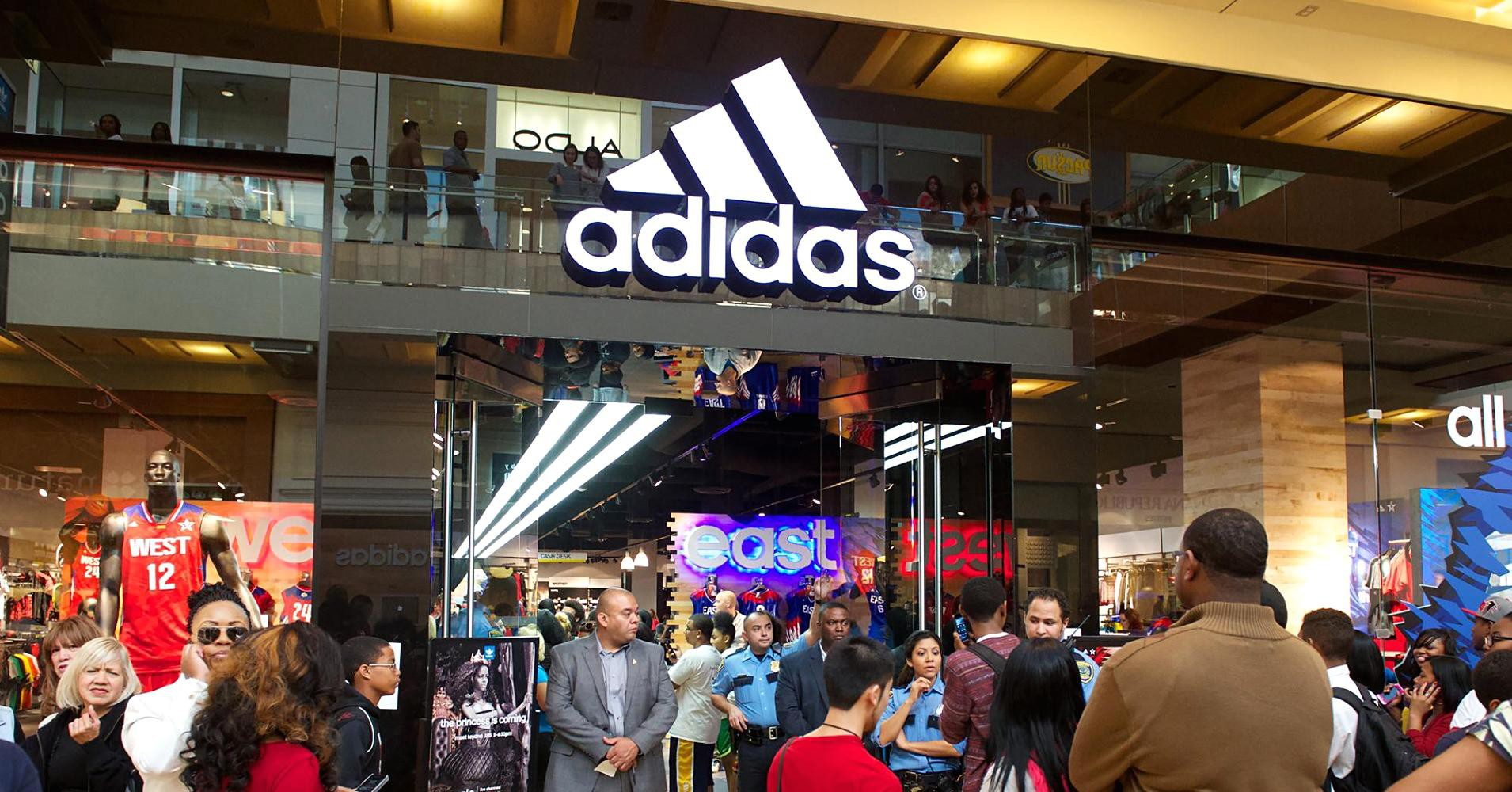 """CĐM sửng sốt vì biết tin 10% sản phẩm của Adidas đang được bán tại châu Á, kể cả store, đều là """"hàng fake"""""""