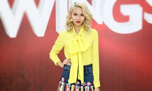 """Lần đầu làm host cuộc thi thời trang, Phí Phương Anh """"mất điểm"""" nặng vì váy áo rườm rà, ăn vận lòe loẹt"""