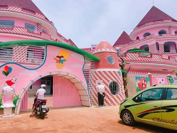 """""""Lạc"""" vào ngôi trường toàn màu hồng đẹp như lâu đài Hello Kitty ở Buôn Ma Thuột"""