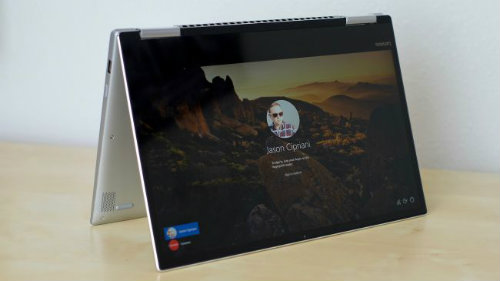 Lenovo Yoga 720 có màn hình được kết nối với bàn phím nhờ một bản lề cho phép gấp lại dễ dàng, giá bán rất khiêm tốn. Máy cũng có nhiều ổ kết nối, ngoài cổng USB tiêu chuẩn còn có một khe cắm SD hoặc HDMI.