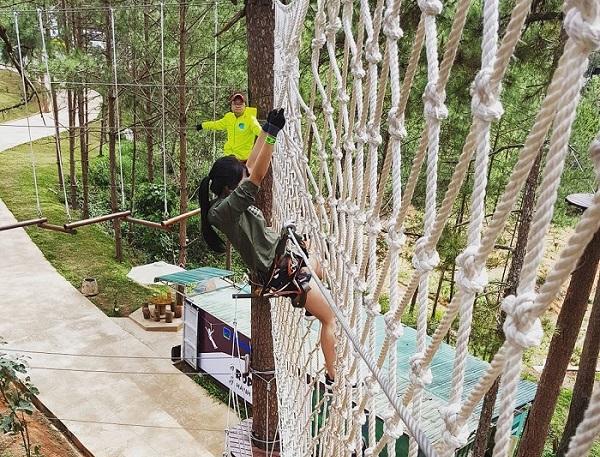 """Hóa thân thành Tarzan kiểm tra """"máu liều"""" bằng trò treo người đu dây phê hết nấc ngay Đà Lạt"""