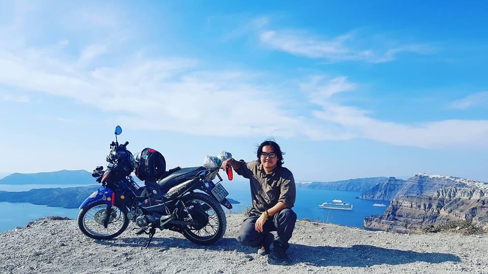 """Chàng trai Việt """"cưỡi"""" xe máy """"đi khắp thế gian"""" với hành trình 150 ngày """"cập bến"""" Paris, Pháp"""