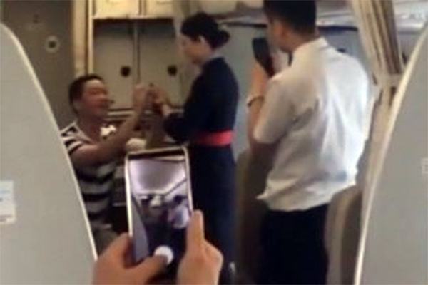"""Công khai nhật ký """"mây mưa"""" của vợ tiếp viên hàng không với hàng loạt phi công, anh chồng cay đắng khi bị cấm bay 5 năm"""