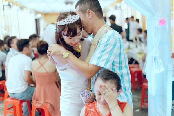 Cô giáo mầm non xứ Nghệ tâm sự về khoảnh khắc bố khóc nức nở tiễn con gái về nhà chồng